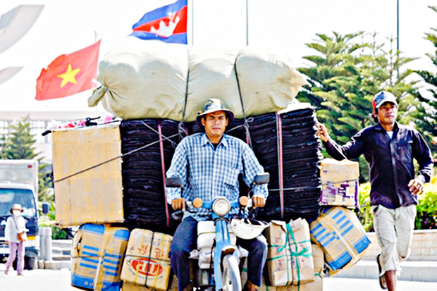 Cambodia and Vietnam promise to increase trade ties to reach their US$5 billion trade target. (Khmer Times photo)