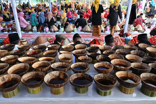 bf9e5dc5339c0a Cups of Kawa Daun coffee served in coconut shells during the Minangkabau  arts and culture festival