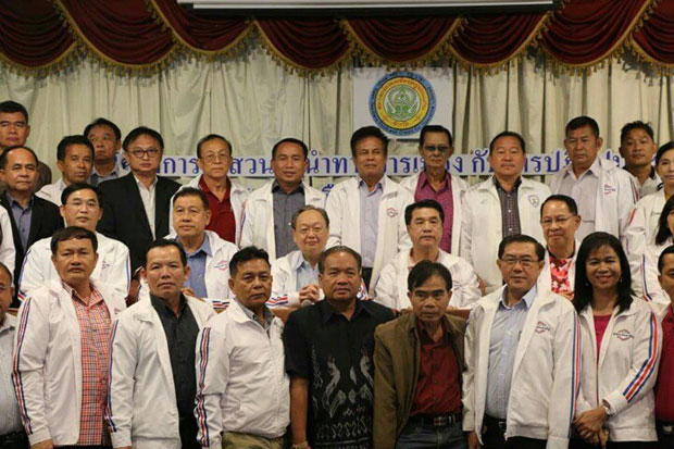 Sontirat Sontijirawong, centre left in the middle row, and beside him Suriya Juangroongruangkit, centre right, pose for pictures with northeastern members and potential MP candidates of Palang Pracharath Party Khon Kaen province on Sunday. (Photo by Chakkrapan Natanri)