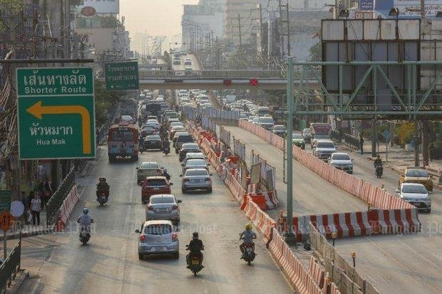 Construction work on the future Orange Line railway will close the Lam Sali flyover (background), making traffic around the Bang Kapi area even more jammed. (File photo)