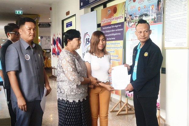 Sinawaporn Homklang, 33, second right, accompanied by her 56-year-old mother, files her complaint at the Udon Thani provincial hall in Udon Thani province on Friday. (Photo by Yuttapong Kumnodnae)