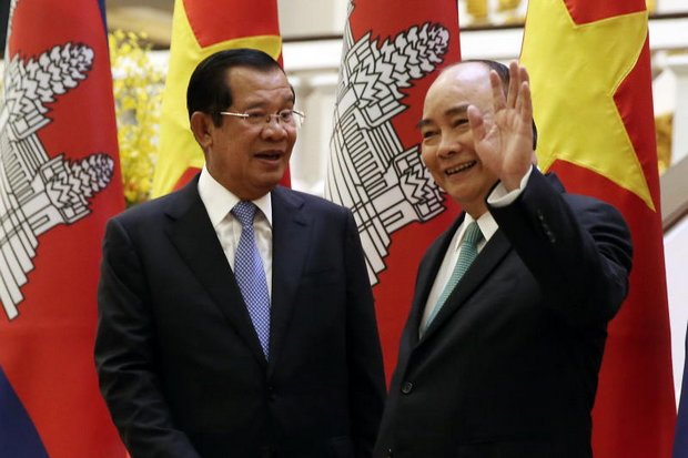 Cambodian Prime Minister Hun Sen (left) and Vietnamese counterpart Nguyen Xuan Phuc acknowledge media during a meeting last week at the Government Office in Hanoi. (EPA photo)