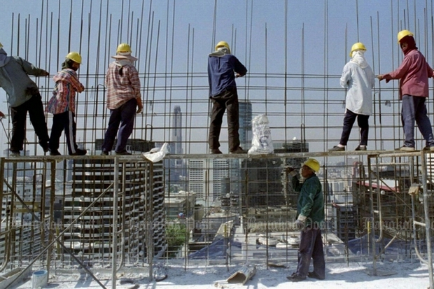 Low-paid labourers at work on a high-price project. Newest figures show that the top 1% of Thais own 67% of the country. (File photo)
