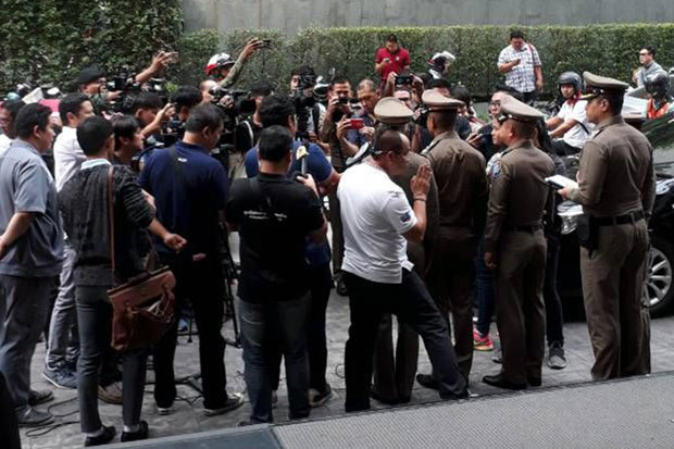 Senior police talk to reporters after a police senior sergeant major allegedly murdered a French tourist at a condominium building on Sukhumvit Soi 13 in Bangkok on Wednesday. (Rescue Vajira photo)