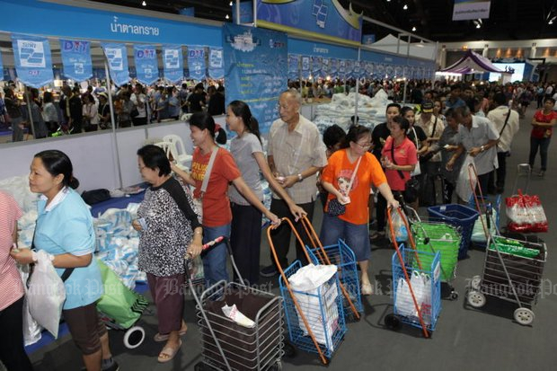 Blue Flag (Thong Fah Pracharat) shops for low-income people with pre-loaded welfare cards have been successful, but the recent VAT-payback flopped. (File photo by Tawatchai Kemgumnerd)
