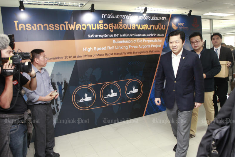 Charoen Pokphand chief executive Suphachai Chearavanont leads his team to submit a bid for a high-speed train project connecting Suvarnabhumi, Don Mueang and U-Tapao airports on Nov 11, 2018. (Photo by Pornprom Satrabhaya)