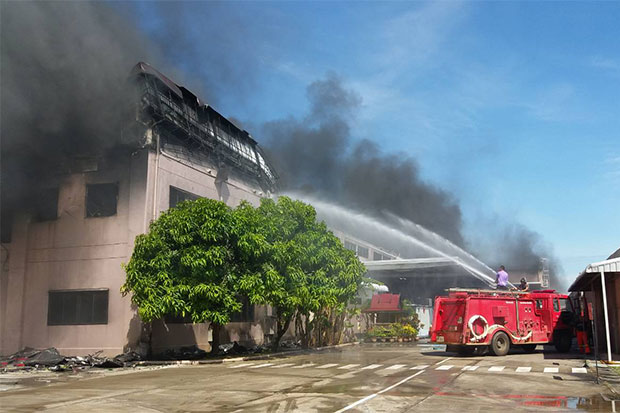 It took firefighters more than three hours to bring the blaze under control at the Biko Prachinburi plant. Two workers suffered smoke inhalation. (Photo by Manit Sanabboon)
