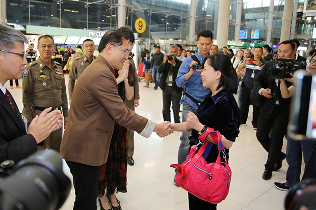 Tourism and Sports Minister Weerasak Kowsurat greets He Wei Xin, the 10 millionth tourist from China to arrive in Thailand, at Suvarnabhumi airport on Wednesday. (Photo by Sutthiwit Chayutworakan)