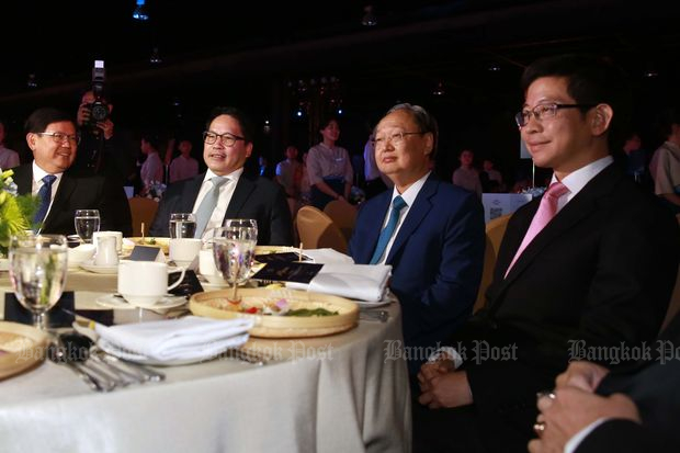 Four ministers who are executives of Palang Pracharath Party sit at a table at a fundraising dinner on Wednesday. They are (from left) Science and Technology Minister Suvit Maesincee, Industry Minister Uttama Savanayana, Commerce Minister Sontirat Sontijirawong and Prime Minister's Officer Minister Kobsak Pootrakool. (Photo by Amornthep Chotchalermpong)