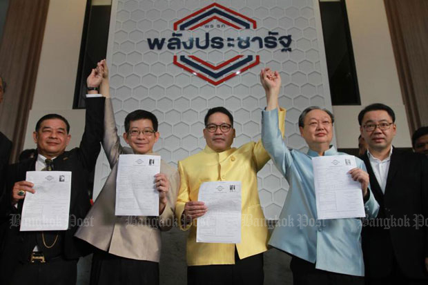 Palang Pracharath Party leader Uttama Savanayana, centre, leads key party figures to officially apply for their party memberships on the first day of a recruitment drive for members at the party's office on Ratchadaphisek Road in Bangkok in November.
