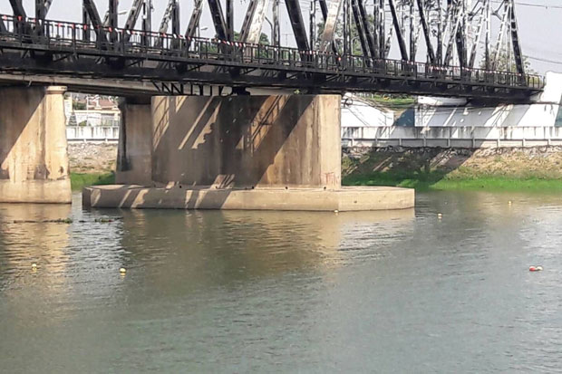 The governor of Ratchaburi province is warning people to stay well clear of the buoys marking the positions of seven WWII bombs found in the Mae Klong River near Chulalongkorn railway bridge.(Photo by Saichol Ochkajon)