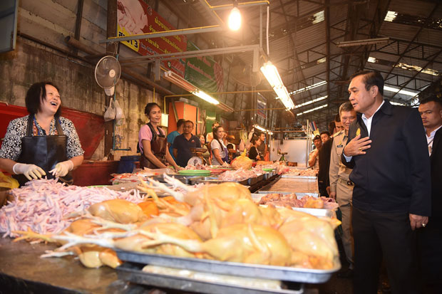 Prime Minister Prayut Chan-o-cha visits a wet market in Phra Pradaeng district of Samut Prakan province on Monday. (Photo by Sutthiwit Chayutworakan)