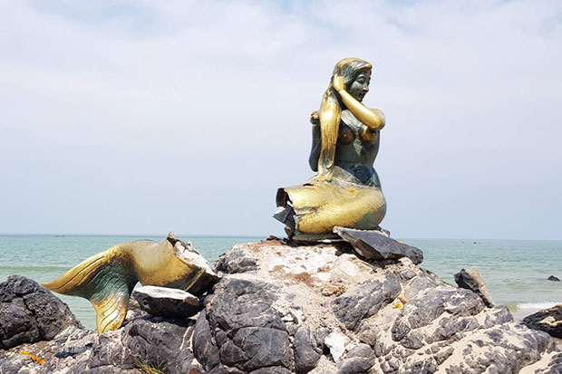 The popular mermaid sculpture lost its tail to a bomb explosion on Samila beach in Muang district of Songkhla province on Wednesday night. (Photo by Assawin Pakkawan)