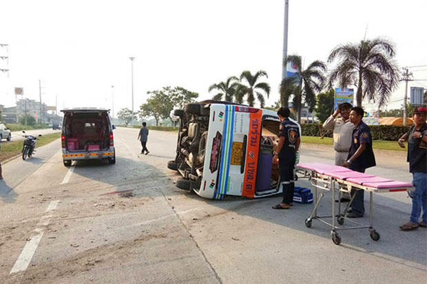 Five people were injured when this passenger van overturned in the Bangkok-bound lane of Highway 340 in tambon Tha Rahad in Muang district of Suphan Buri on Friday morning. (Photo from @Samerkun Suphanburi Rescue Foundation Facebook page)