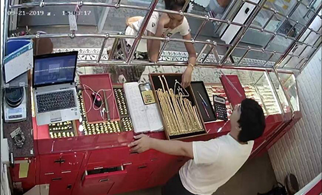 Woman snatches jewelry from gold shop