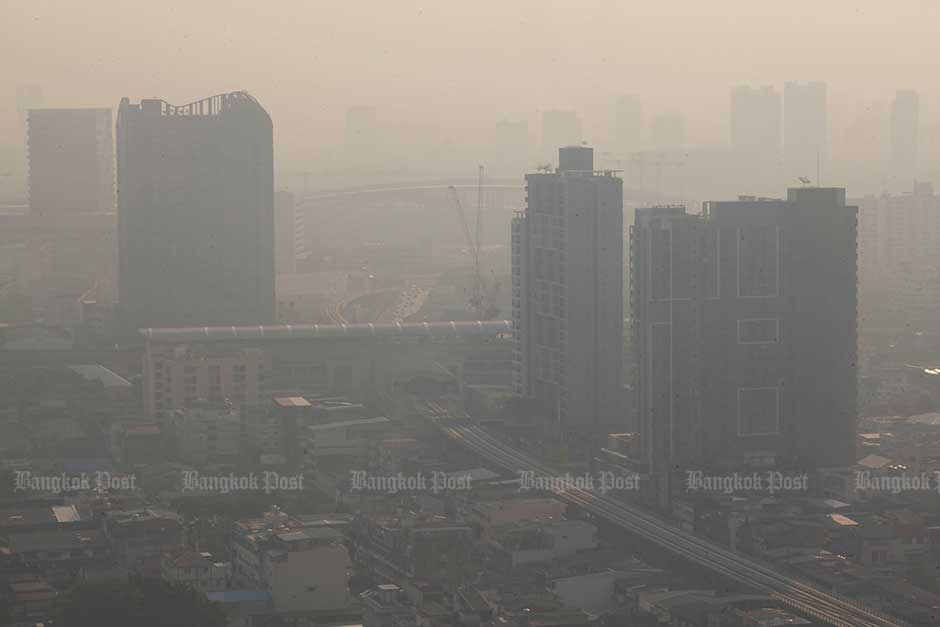Jan 21: Areas around Bangkok were shrouded in thick haze. The poor air quality in the capital prompted authorities to consider declaring Bangkok a pollution control zone. — Pornprom Satrabhaya