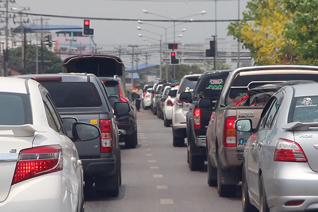 Traffic is bumper to bumper in Muang district of Kalasin as revellers head back to Bangkok after the new year holiday. (Photo by Yongyuth Phupuangphet)