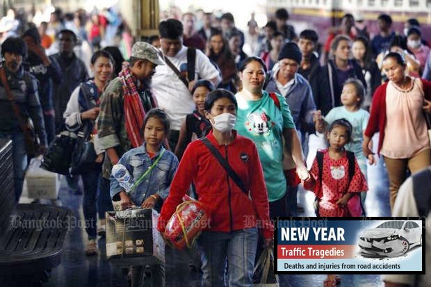 People arrive at Hua Lamphong railway station in Bangkok on Tuesday, the end of the long New Year's weekend. (Photo by Varuth Hirunyatheb