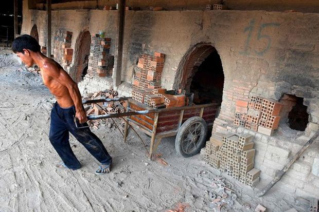 This photograph taken on Dec 11, 2018 shows a Cambodian labourer working at a brick factory on the outskirts of Phnom Penh. (AFP photo)
