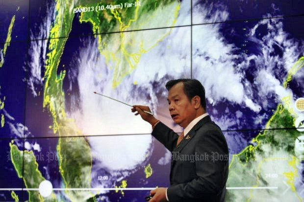 Thai Meteorological Department (TMD) director-general Phuwieng Prakhammintara points to the epicentre of tropical storm Pabuk. The storm is expected to make landfall Thursday at Chumphon and Surat Thani provinces. (Photo by Somchai Poomlard)