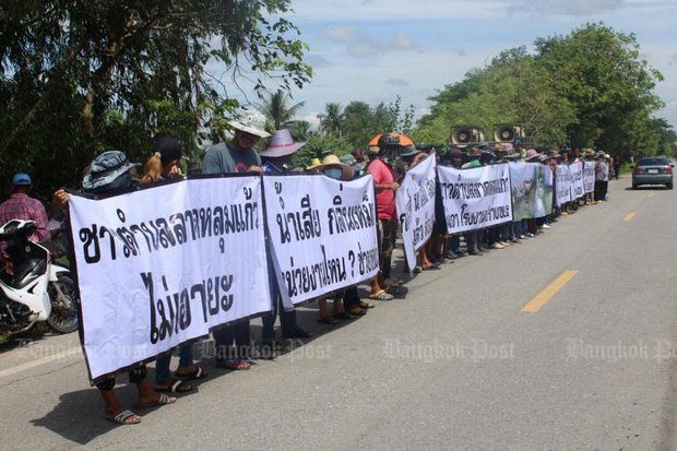 Residents of Pathum Thani's Lat Lum Kaeo district stage a protest against waste power plant. (Photo by Pawat Laupaisarntaksin)