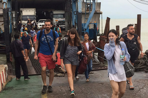 Tourists leave Koh Samui on a ferry to Don Sak district in Surat Thani on Thursday as tropical storm Pabuk is approaching the southern region. (Photo by Supapong Chaolan)