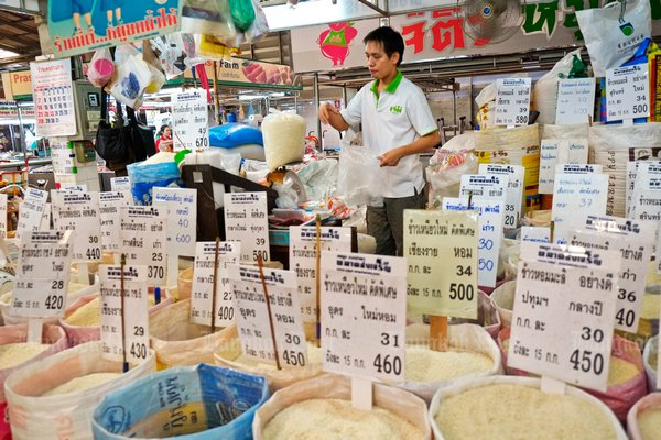 Sellers must post rice prices, and government is promising to keep an eye to prevent price-gouging. (File photo)