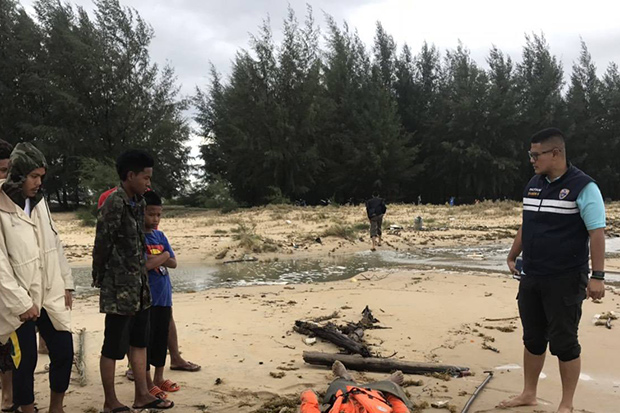 Searchers find the body of trawler crewman Pramote Wongsuwan on the shore in Yaring district in Pattani on Friday. (Photo by Abdulloh Benjakat)