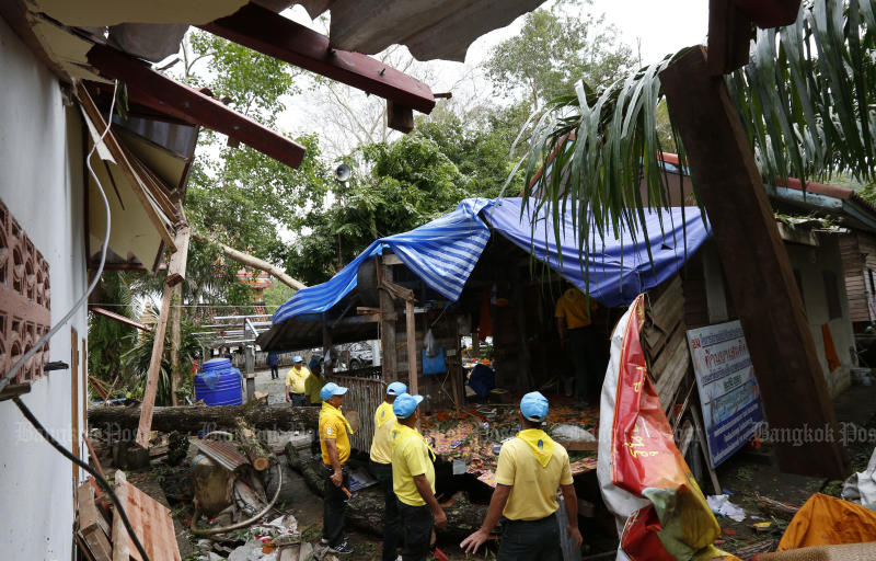 Authorities examine damage at Wat Daeng in Chien Yai district in Nakhon Si Thammarat on Sunday in the wake of tropical storm Pabuk. (Photo by Pattarapong Chatpattarasill)