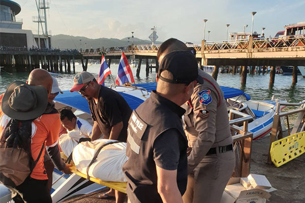 The body of the Chinese man who drowned while swimming is taken from Koh Racha to Ao Chalong pier in Phuket on Tuesday. (Photo by Achadtaya Chuenniran)