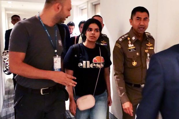 This handout picture taken and released by the Thai Immigration Bureau on Monday shows 18-year-old Saudi woman Rahaf Mohammed al-Qunun (centre) being escorted by a Thai immigration officer (right) and United Nations High Commissioner for Refugees (UNHCR) officials at Suvarnabhumi international airport in Bangkok. (AFP photo)