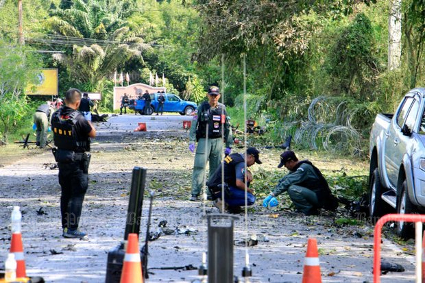 The massive bomb, one of the biggest ever exploded in the deep South and heard 10km away, littered the road with shrapnel, while the blast wave knocked out electricity over a wide area of Thepa district of Songkhla province. (Photo by Assawin Pakawan, Post Today)