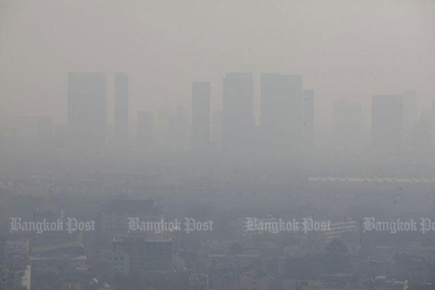 Dust shrouds Bangkok on Monday morning. (Photo by Pornprom Satrabhaya)