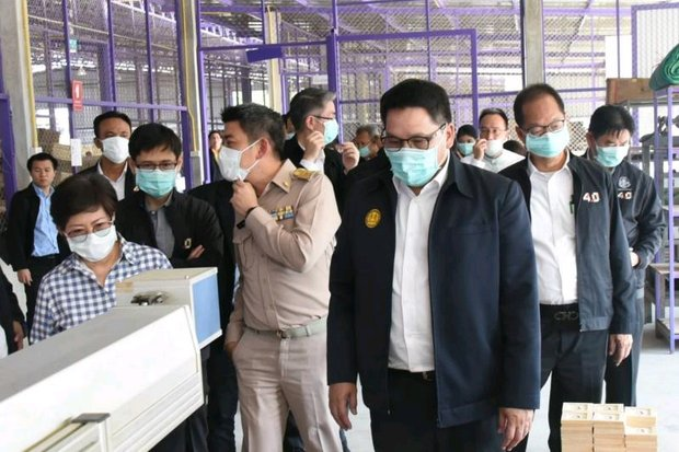 A fully masked Industry Minister Uttama Savanayana visited an industrial plant in Lampang on Monday, and warned businesses to expect legal action if they are found to be emitting illegal amounts of pollution. (Photo courtesy Ministry of Industry)