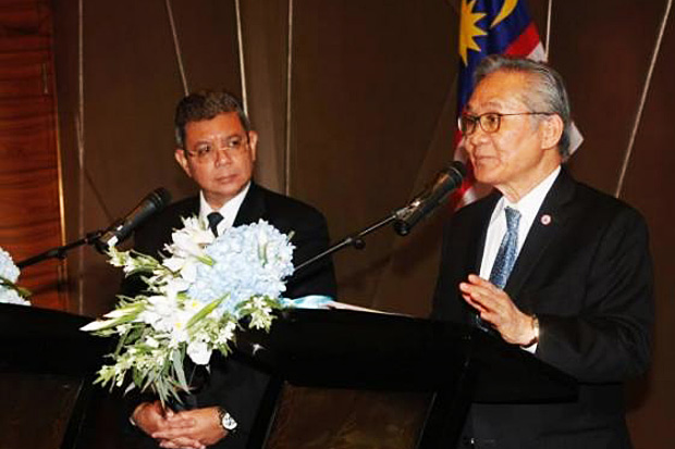 Stately cooperation: Foreign minister Don Pramudwinai and his Malaysian counterpart Dato Saifuddin Abdullah announce that Thailand and Malaysia will keep the Sadao checkpoints open 24 hours a day.