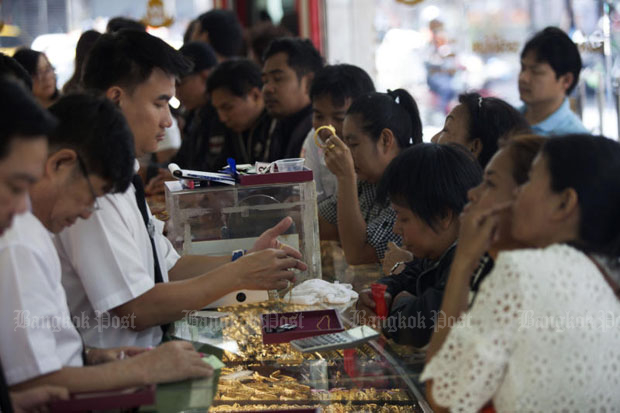 Gold prices down 50 baht to B19,300