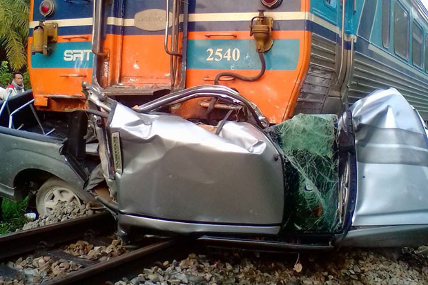 A Bangkok-Yala train ploughed into a pickup truck at a level crossing in tambon Khanthulee of Tha Chana district in Surat Thani province on Tuesday, killing a woman and her son. (Photo by Supapong Chaolan)