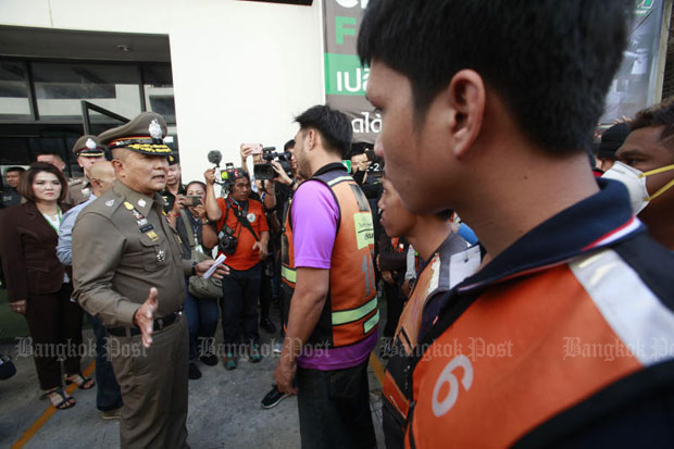 Bangkok police chief Sutthipong Wongpin talks to taxi motorcyclists at their stand on Rama IV Road during the raids on Thursday. (Photo by Pornprom Satrabhaya)