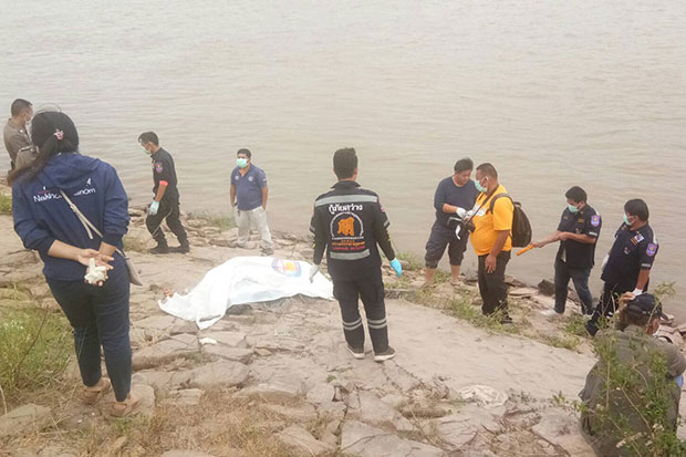 A body is brought ashore from the Mekong River in Muang district, Nakhon Phanom province, on Dec 29 last year. Another body was found two days earlier in That Phanom district. (Photo by Pattanapong Sripiachai)