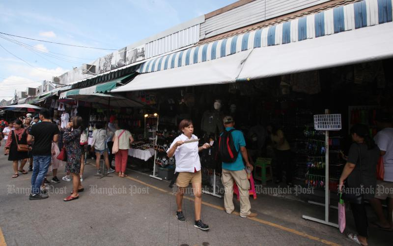 The Industry Ministry plans to encourage 11,505 merchants at the Chatuchak Weekend Market to join the e-commerce platform. (Photo by Apichit Jinakul)