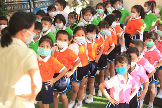 Staff and pupils at the Songvithayachoolat school kindergarten in Samut Prakan. The Bangkok governor on Wednesday ordered all 437 schools run by City Hall to close until next week due to smog. (File photo by Somchai Poomlard)
