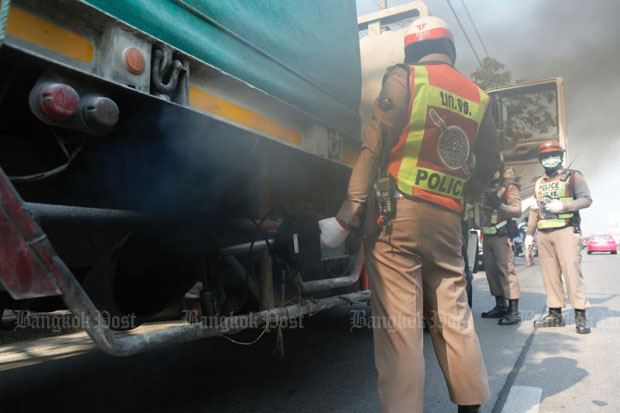 Police check lorry emissions on Prasert Manukit Road in Bangkok in a bid to curb toxic smog on Wednesday. (Photo by Pattarapong Chatpattarasill)