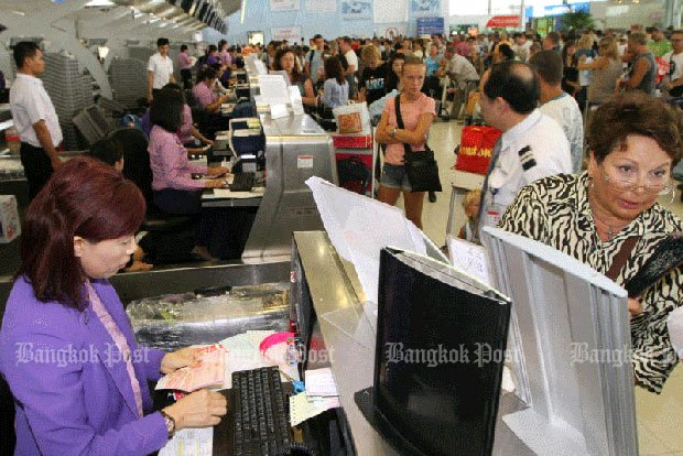 Airport and airline workers are trying to create order out of the chaos of 200,000 passengers per day at Suvarnabhumi. (File photo by Somchai Poomlard)
