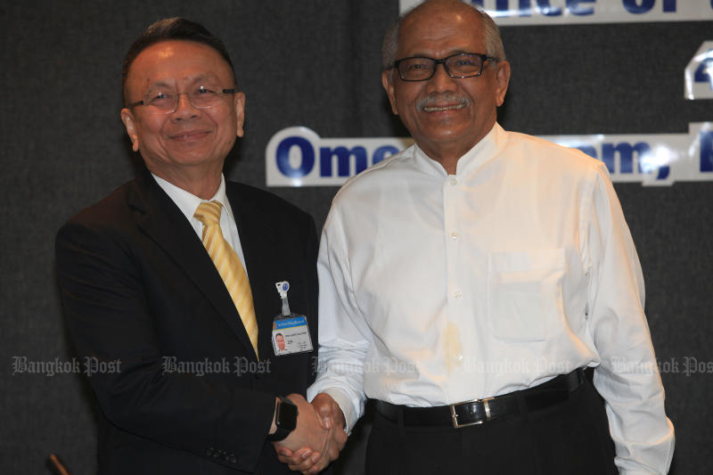 Chief of the Thai negotiating team, Gen Udomchai Thammasaroraj (left) shakes hands with Malaysian chief facilitator Abdul Rahim Noor, as peace talks for the far South resumed in Bangkok on Jan 4, 2019. (Bangkok Post file photo)