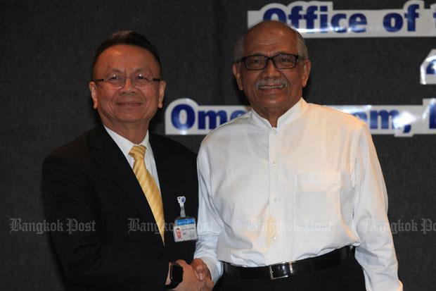 Gen Udomchai Thammasaroraj, left, meets Malaysian peace talks facilitator Abdul Rahim Noor in Bangkok early last month. (File photo)
