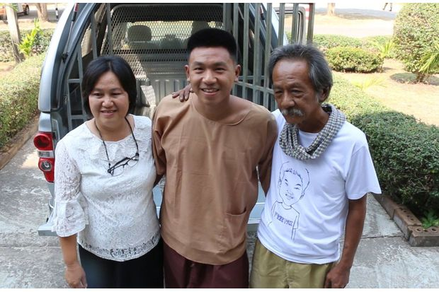 Jatupat 'Pai Dao Din' Boonpattararaksa (centre) is greeted by his parents at the Khon Kaen military court on Monday. (Photo by Chakkrapan Natanri)