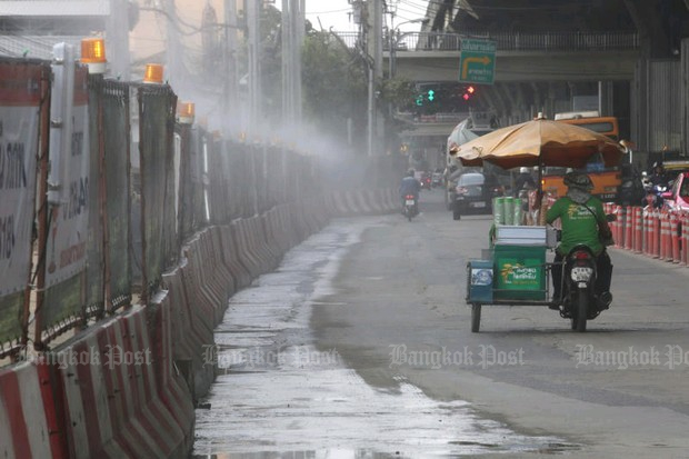 As labourers restarted work on the Orange Line in the Ramkhamhaeng-Hua Mark area, the Mass Rapid Transit Authority of Thailand and contractors set up a hose line to spray water on the dust raised by the construction work. (Photo by Wichan Charoenkiatpakul)