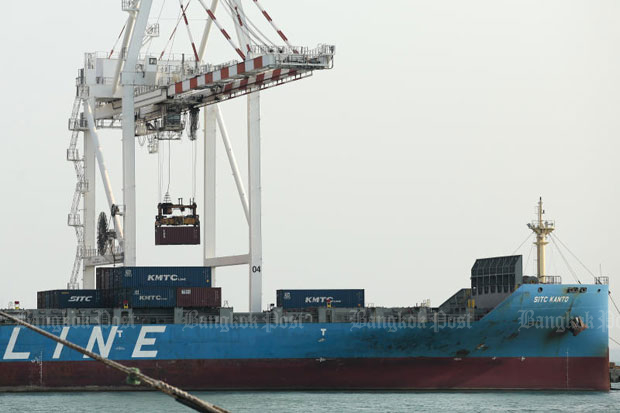 Cargo containers are loaded onto a ship at Laem Chabang port in Chon Buri province. The Joint Standing Committee on Commerce, Industry and Banking expects export growth to slow down this year. (File photo)