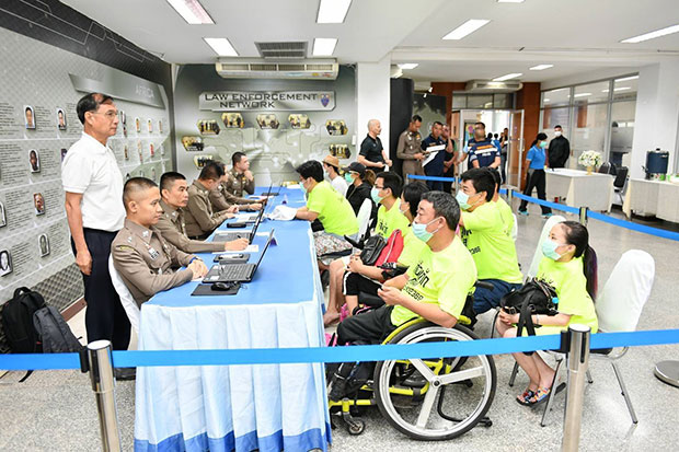 Police interrogate the six Chinese nationals arrested for begging in Bangkok. The four men and two women entered the country on tourist visas. (Photo: Tourist Police Bureau)