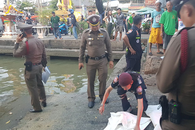 Police examine and wrap the human head found floating in the Chao Phraya River in Phra Pradaeng district, Samut Prakan, on Wednesday evening.(Photo by Sutthiwit Chayutwoarkan)